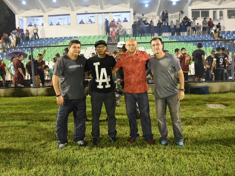 Ex-atletas de River e Flamengo são homenageados durante clássico
