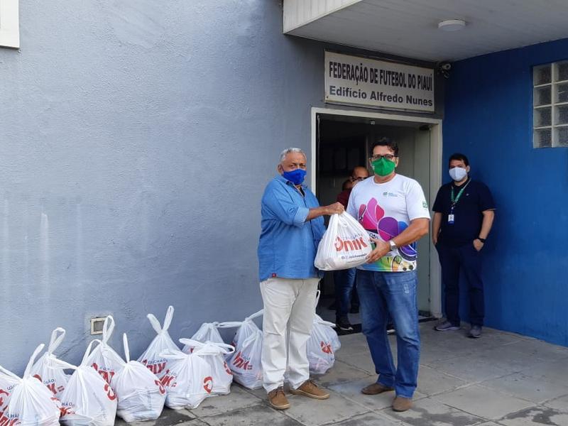 Flu-PI cumpre pena e filiados são beneficiados com cestas básicas